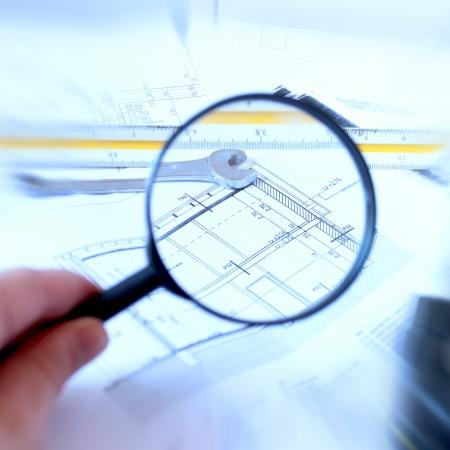 vergrootglas en huis plan Stockfoto