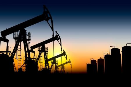 Silhouetten von Ölpumpen platziert nacheinander gegen den Sonnenuntergang