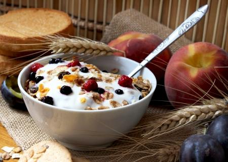 Schüssel Müsli mit Rosinen und Beeren, Toast und Pfirsiche, gesundes Frühstück reich an Ballaststoffen Standard-Bild - 14659307
