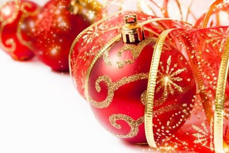 red glittery: Palle di Natale rosso e nastro, scintillanti decorazioni natalizie Archivio Fotografico