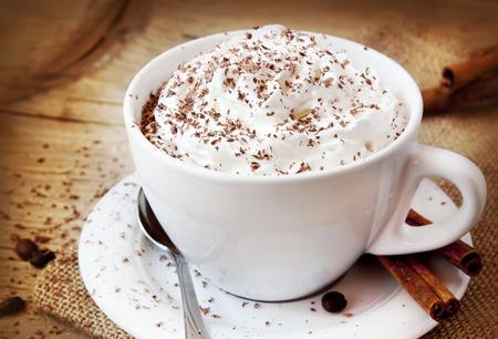 프라 푸 치노 커피, 크림과 초콜릿 조각과 커피 컵, 이탈리아 맛있는 음료 스톡 콘텐츠
