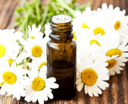 Kamille etherische olie fles met bloemen Stockfoto