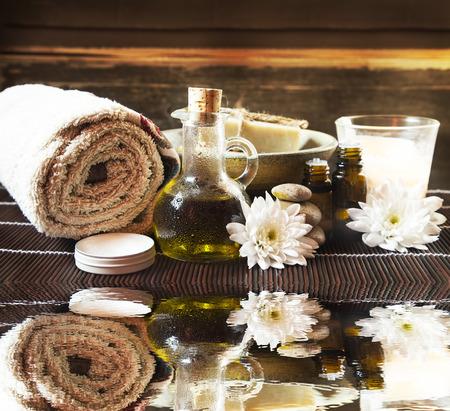 olio corpo: Impostazione Spa e trattamento con olio di oliva, burro corpo, fiori e oli essenziali, acqua riflessione
