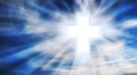 holy symbol: Brillante Cruz cristiana en el cielo con rayos de luz, el cristianismo S�mbolo Foto de archivo