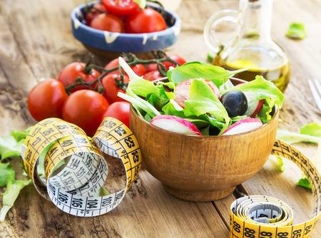gourmet food: Verduras org�nicas Ensalada con la Medida Tape.Healthy Dieta Ensalada Concepto