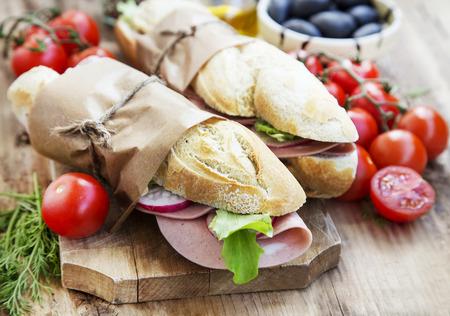 bocadillo: Tasty Sandwiches Ciabatta con mortadela italiana, verde lechuga y rábano Rebanadas