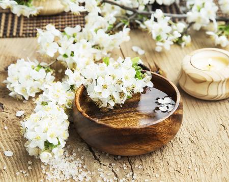 나무 물 그릇과 바다 소금에 흰색 꽃 꽃 스파 설정