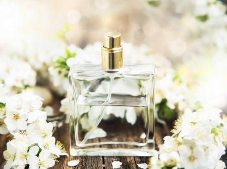 春の花と透明なボトルに花の香水 写真素材