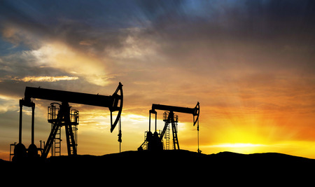 석유 가스는 일몰에서 작업 탐사 장비 실루엣 펌프