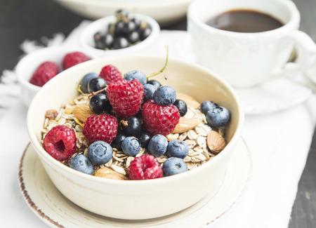 뮤 즐리 (Muesli)와 라스베리, 블루 베리, 건포도, 커피 및 주스로 건강식 조식 제공