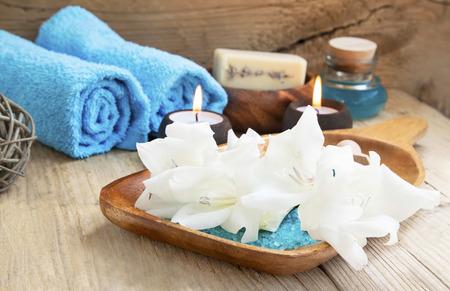 Spa Stilleven omgeving met witte lelies, kaarsen en zeezout