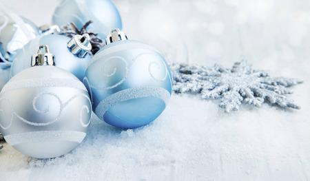 flocon de neige: Argent et bleu Boules de No�l avec Sparkle Snowflakes et neige Banque d'images
