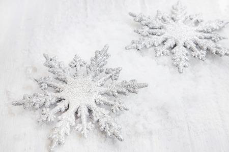 copo de nieve: Dos de plata de los copos de nieve de Navidad Glittered ornamentos en la nieve