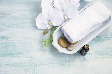 흰색 난초와 수건, 목욕 에센스 오일 병 스파 스틸 라이프 스톡 콘텐츠