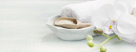 Spa encore la mise en vie avec orchidée blanche, sel de bain et serviettes blanches Banque d'images
