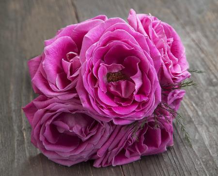 aniversario: rosas flores rosas en un ramo de flores sobre fondo de madera