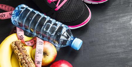 cereal bar: Frutas, botella de agua, barras de cereales y de formación zapatos, itmes deporte, estilo de vida saludable