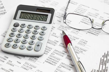 Finanzbuchhaltung mit Steuerpapieren, Stift und Taschenrechner
