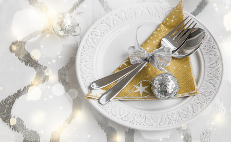 Decoración de mesa de Navidad con vajilla y adornos Foto de archivo - 67366829