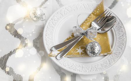 Kerst tabel decoratie met serviesgoed en ornamenten