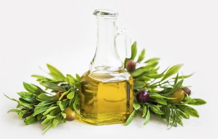 Organic olive oil bottle with olives branch isolated , fresh healthy raw mediterranean ingredient Standard-Bild - 118387799