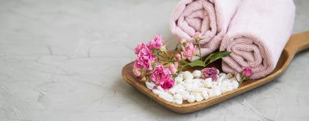 Spa still life wih bath salt and rose flowers, spa and wellness still life Standard-Bild - 118387810