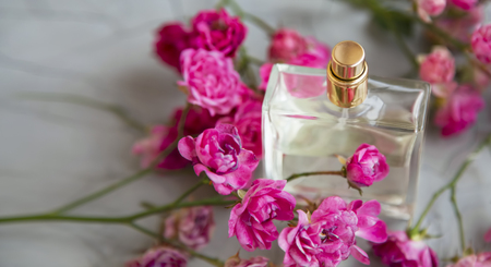 Rose perfume. Delicate floral elegant pure roses sweet perfume in transparent glass bottle Standard-Bild - 118387833