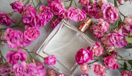 Rose perfume.Top view of delicate floral elegant pure roses sweet perfume in transparent glass bottle Standard-Bild - 118387834