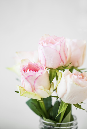 Pink roses bouquet, soft delicate roses closeup, spring roses bouquet in a vase Standard-Bild - 118387883