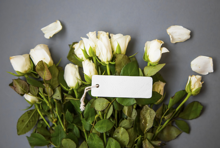 Rose bouquet with label card, mother's day or women's day greeting top view with blank label card, copy space card Standard-Bild - 118387891