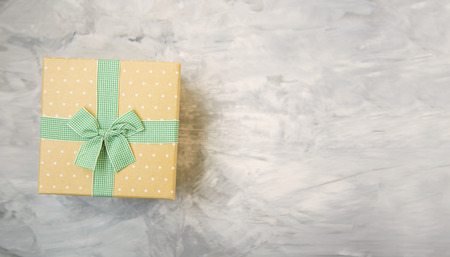 Vintage gift box with ribbon and bow on concrete gray background top view with copy space Standard-Bild - 118917398