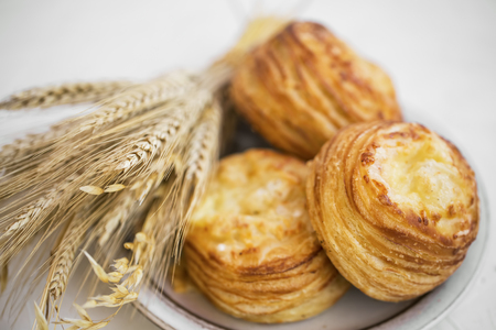 Pastry buns with cheese, delicious breakfast buns with wheat ears bunch, white flour and chesse pastry Standard-Bild - 118917188