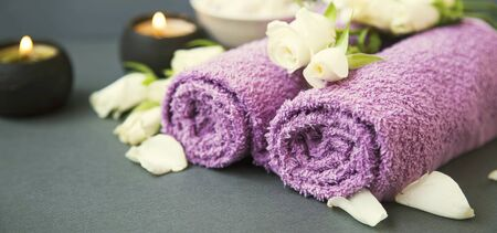 Spa still life with candles, towels and flowers Imagens