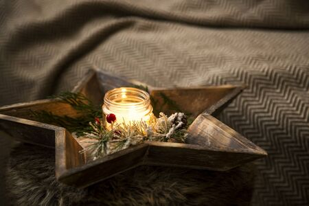 Christmas candle with decoration in wooden tray, interior home decor , winter holiday decoration Imagens