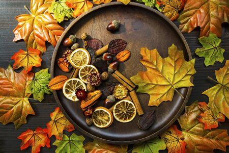 Autumn leaves composition with wooden plate, top view of fall decorations with copy space Imagens