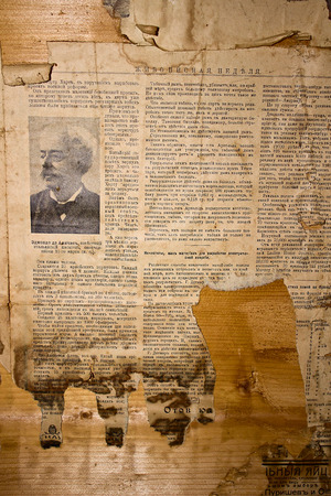 oude krant: Oude vergeelde krant op een houten plank