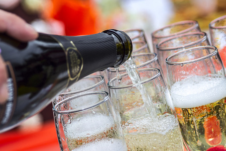 botella champagne: Champagne se vierte en vasos Foto de archivo