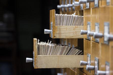 conocimiento: Dos caja abierta en la biblioteca de archivo