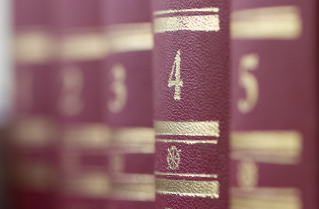 tiefe: Bücher, in einer Reihe stehen. Geringe Schärfentiefe, Lizenzfreie Bilder