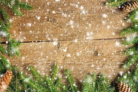 abetos: Fondo de la Navidad en los tablones de madera con los copos de nieve