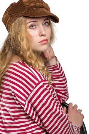 mooie vrouwen: Mooi meisje met lang haar in een bruine pet. op een witte achtergrond