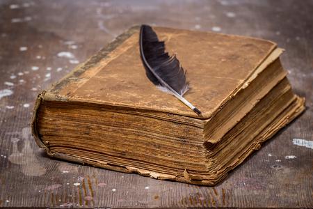 Vecchi libri in stile grunge. L'antico libro su un tavolo di legno Archivio Fotografico - 55049487