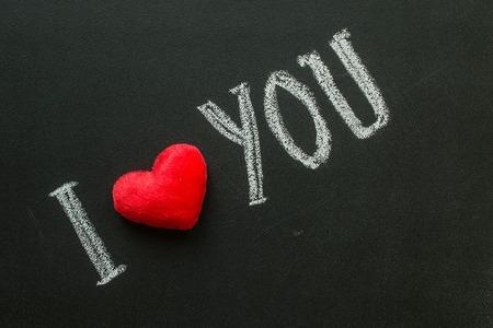 comunicación escrita: I Love You. Handwritten message on black chalkboard