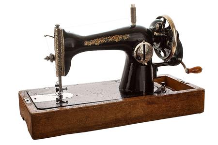 Una vieja máquina de coser a mano. Aislado, en el fondo blanco Foto de archivo - 81656832