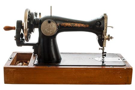 Una vieja máquina de coser a mano. Aislado, en el fondo blanco Foto de archivo - 82746321