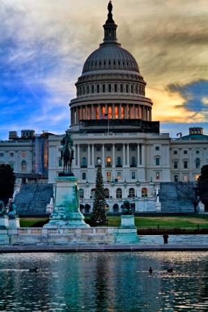 日の出米国連邦議会議事堂