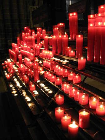 psiquico: Color diferente para muchas de las velas están ardiendo. Foto de archivo