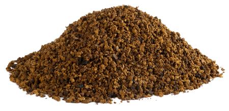 白い背景に分離された天然チャーガ粉末