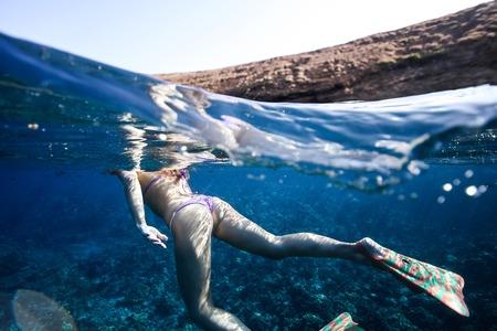 Heet meisje onderwater in bikini mooie kont Stockfoto - 58037011