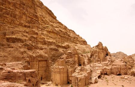 tumbas: The Royal tombs in Petra in Jordan